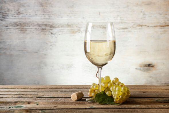 Copas de vino con toques dorados. Dale a tu mesa un toque de romanticism...