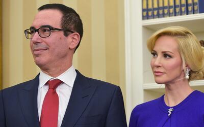 El secretario del tesoro de la nación, Steven Mnuchin y su esposa...