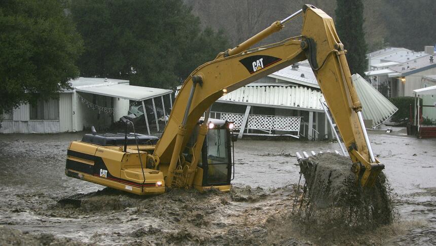 Las inundaciones de enero de 2005 en Santa Clarita, en California, causa...