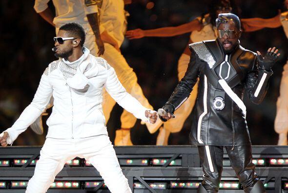 Usher también deslumbró el descanso de este Super Bowl al lado de Will.i...
