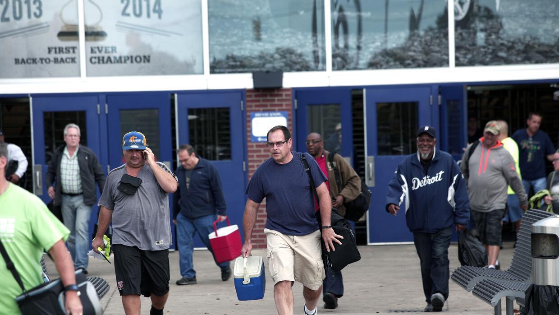 Trabajadores a la salida de una fábrica de Chrysler en EEUU