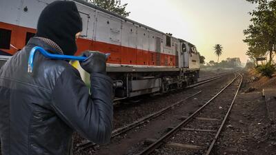 Tres hombres se robaron las vías del tren sin saber dónde las iban a esconder