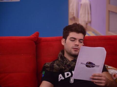 Y mientras Adrián leía cuidadosamente sus líneas......