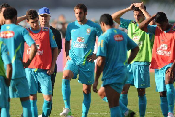 La selección brasileña de fútbol inició hoy sus entrenamientos de cara a...