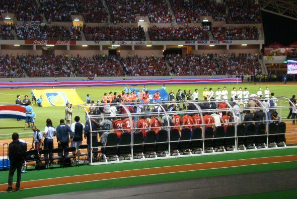 Todos muy respetuosos en la ceremonia de los himnos nacionales.