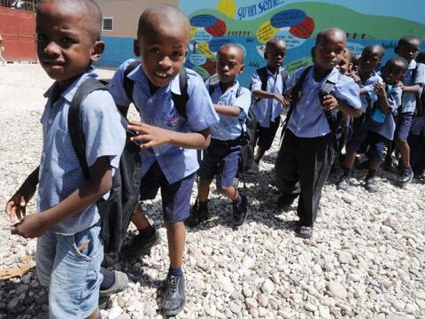 El retorno a las aulas para los niños haitianos, víctimas...