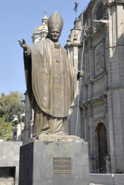 Una estatua de Juan Pablo II se ve en una parte de la plaza del santuari...