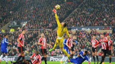 El portero del Sunderland salva una buena oportunidad del Chelsea.