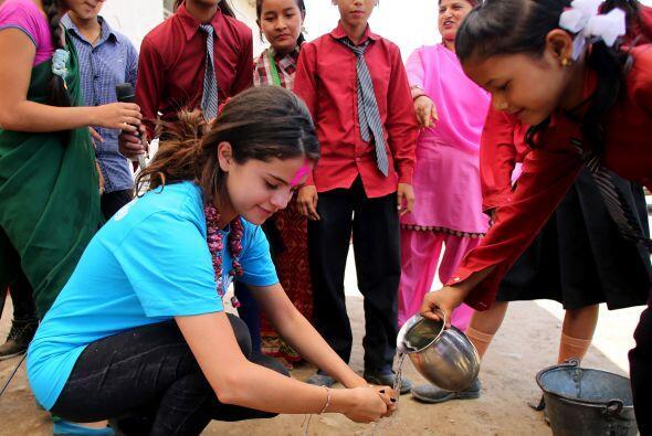 Después subió fotos muy contenta compartiendo con los niños de Nepal.