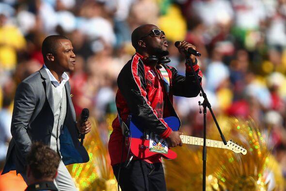 También cantaron otro de los temas oficiales de la Copa. Mira aquí los v...