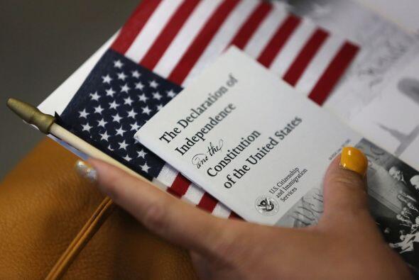 Una inmigrante se prepara para convertirse en ciudadana estadounidense e...