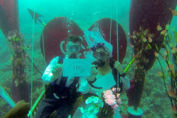La ceremonia se llevó a cabo a 40 pies debajo del agua lo que la hizo má...