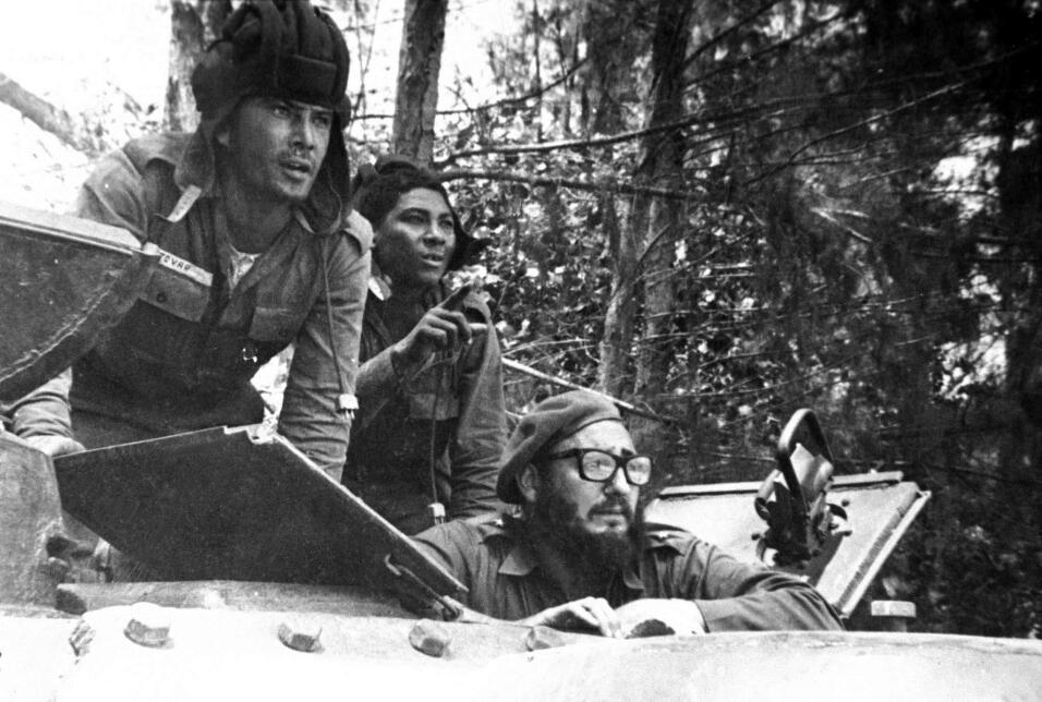 En esta imagen de abril de 1961, el líder cubano Fidel Castro observa de...
