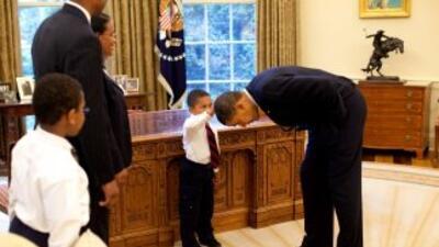 Una foto colgada en el Ala Oeste de la Casa Blanca muestra al presidente...