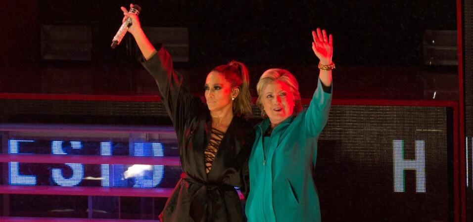 Jennifer López se involucra en la campaña con un concierto en el que bus...