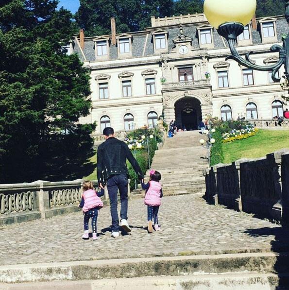 Erick Elías y sus hijas