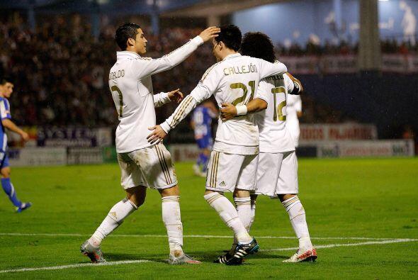 Todos los jugadores fueron a felicitar a José María.