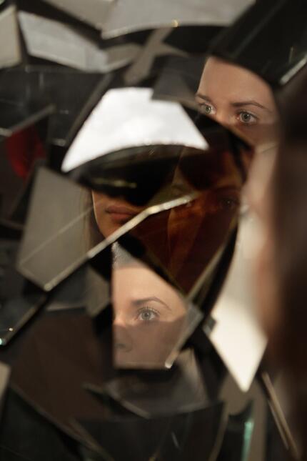 Un espejo roto significa 7 años de mala suerte.