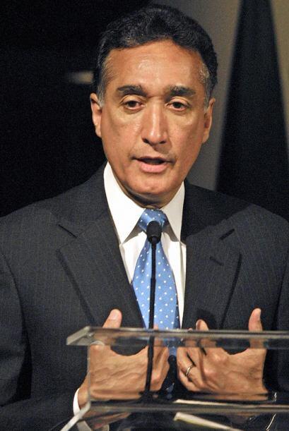 Henry Cisneros Ex-presidente de Univisión y exsecretario de vivienda de...