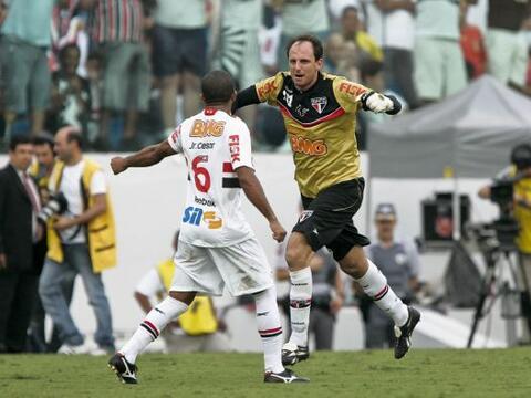 El portero Rogerio Ceni marcó el centésimo gol de su carre...