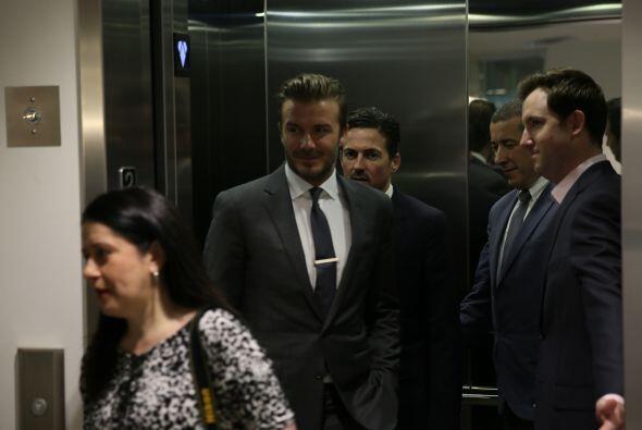 Todos esperaban a Beckham. Y al salir del elevador se encontró con un gr...