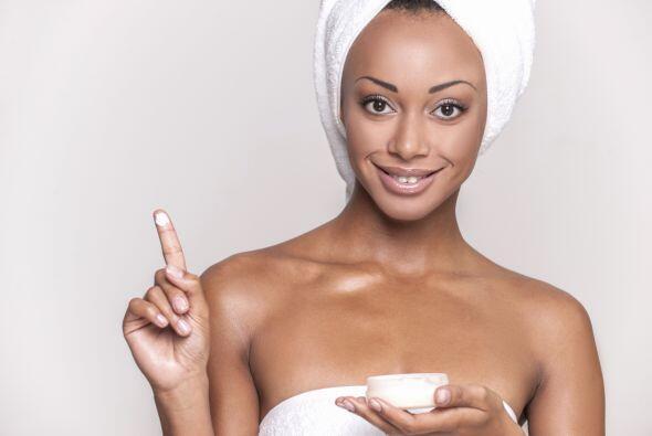 Aplícate a diario (antes del maquillaje) una crema ligera, 'oil-free', c...