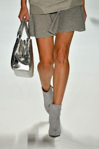 ¡Tu bolso lucirá divino en un color plateado! Este 'modelito' es una cre...