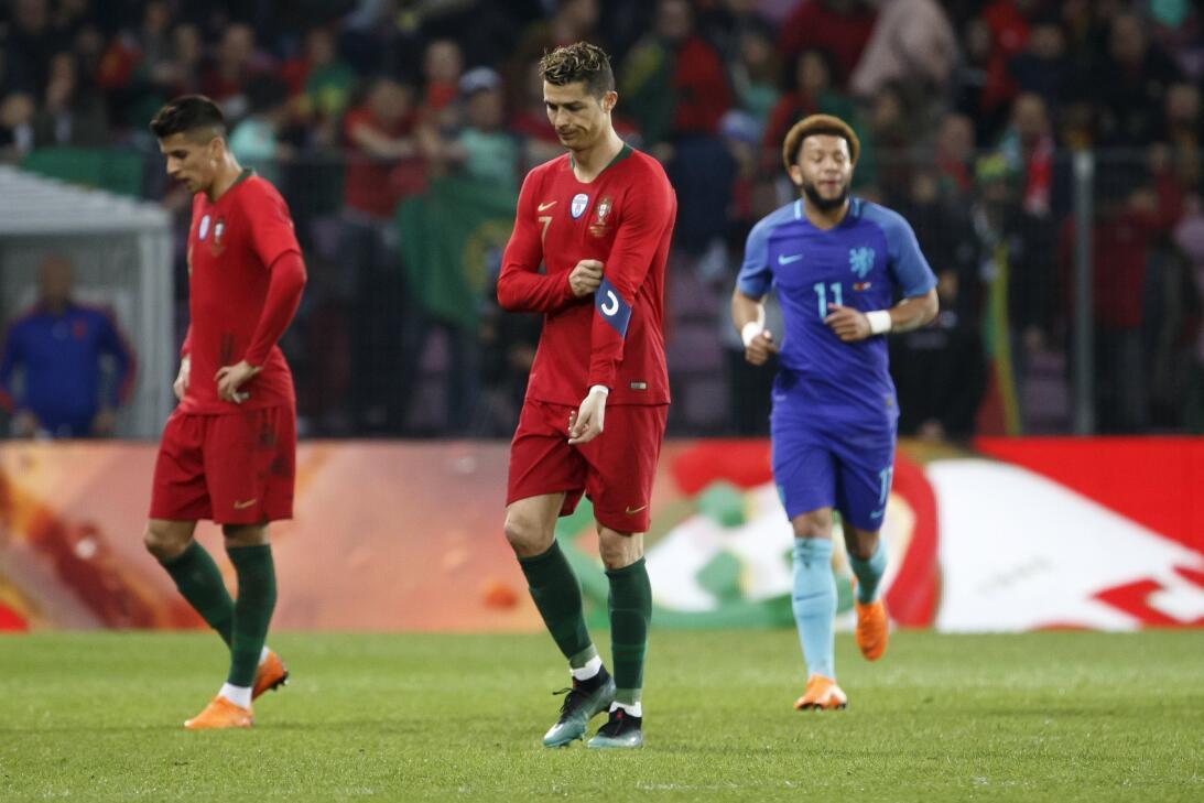 No uno, ni dos, si no tres aficionados suizos saltaron al campo para abr...
