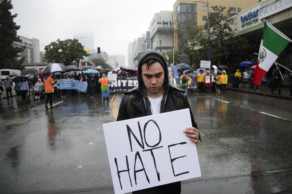 """""""No odio"""", el mensaje de un joven en las movilizaciones anti-Trump."""