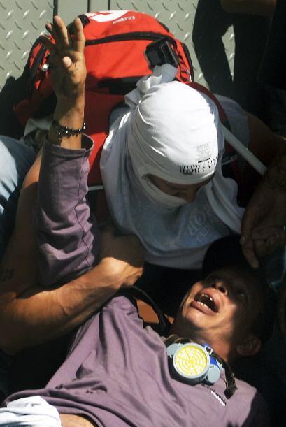 Un manifestante ayuda a un  herido. Los estudiantes llevaron a cabo una...