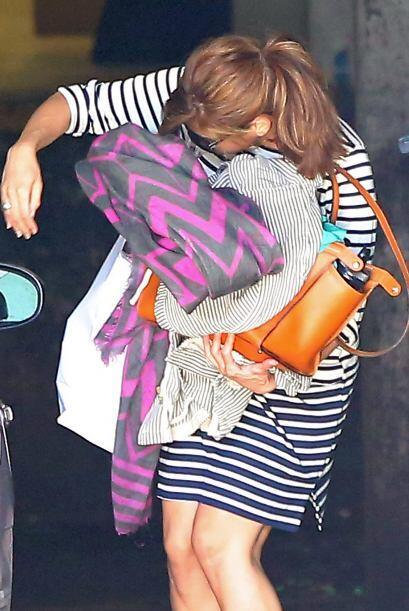Inexplicablemente, Eva Mendes se ha vuelto extremadamente tímida y a don...