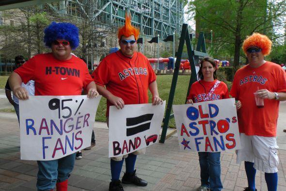 ¡Play ball! Los fanáticos de los Rangers de Texas y los Astros de Housto...