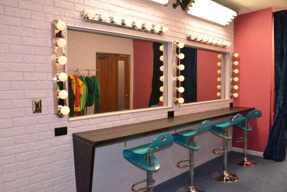 Este es el lugar del vestuario y el maquillaje. Aquí estarán los chicos...