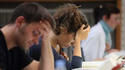 Los estudiantes de universidad tienen restricciones financieras que otro...