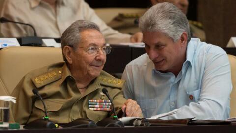 Raúl Castro (izq), y Miguel Díaz-Canel.