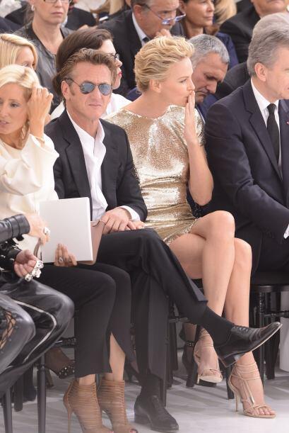 La actriz se sentó en primera fila con su novio Sean Penn en un vestido...
