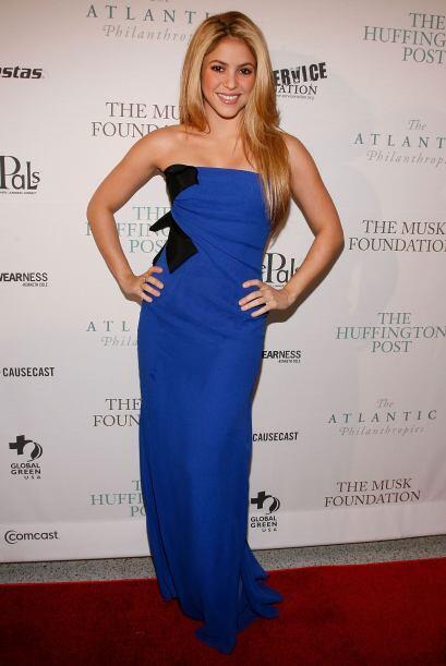 También la hemos visto con sensuales y elegantes vestidos azules...