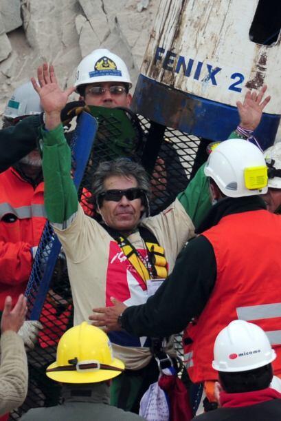 Tras la travesía de 69 días a 700 metros bajo tierra, los mineros chilen...