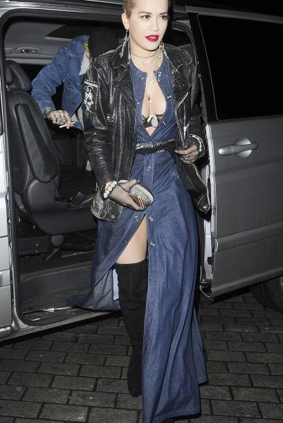 Los vestidos 'denim' largos que usa Rita Ora también pueden hacerte pens...