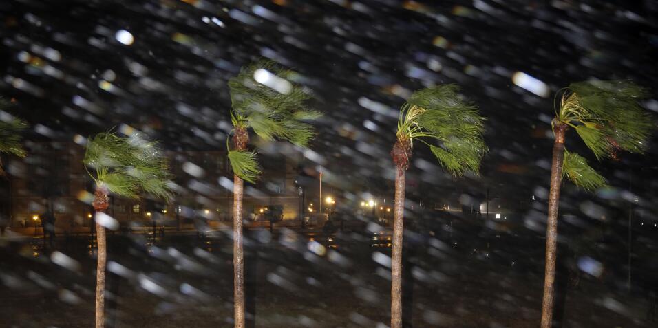 Una lluvia inclemente y vientos de 130 millas por hora caen sobre Corpus...