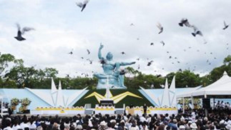 Decenas de miles de personas se reunieron en Nagasaki para recordar a la...