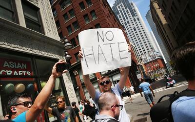 Un hombre clama por el cese del odio en una manifestación en Bost...
