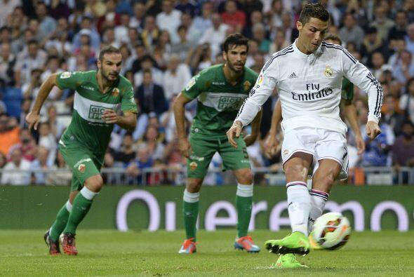 Al minuto 27 el árbitro central señaló un penalti inexistente en favor d...