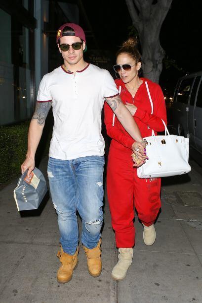 Ambos iban vestidos de una forma muy casual, ella completamente de rojo...