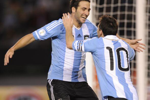 El ´Pipita´ Higuain con tres goles y Lionel Messi con uno vacunaron a Ch...