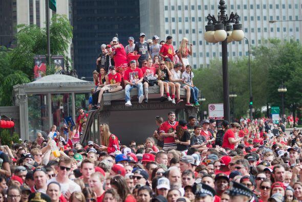 Miles de fanáticos de los Blackhawks salieron a las calles de Chi...