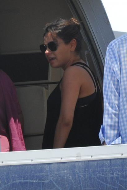 Mila con su blusita negra y anteojos de sol. Mira aquí los videos más ch...