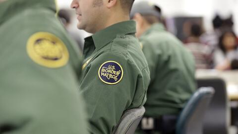 Agentes de la Patrulla Fronteriza llenan registros de niños migra...