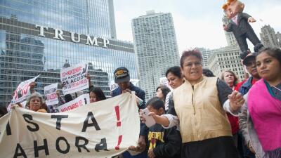 Trabajadores del SEIU durante una protesta frente a la Torre Trump en Ch...