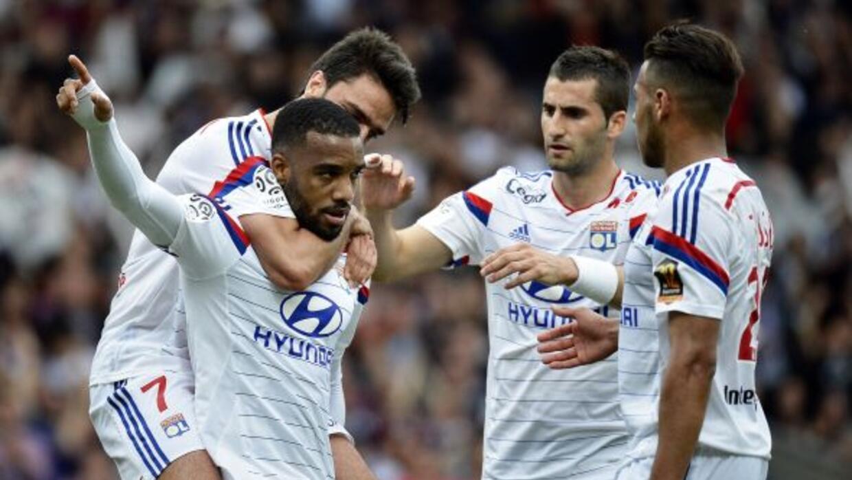 El Olympique Lyonnais derrotó a Evian y tomó la cima en la Ligue 1 franc...